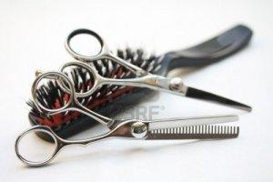 8140853-gli-strumenti-di-base-di-parrucchieri-due-paia-di-forbici-e-un-pennello